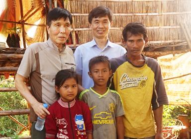 캄보디아 학교의 학생들과 선생님입니다…
